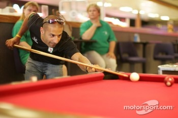 Tony Kanaan plays pool