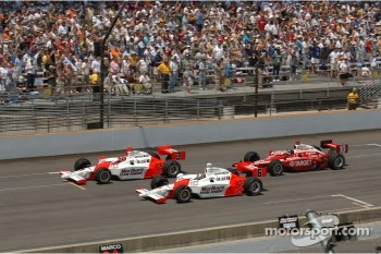 Start: Sam Hornish Jr., Helio Castroneves and Dan Wheldon lead the field