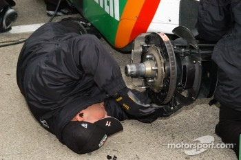 Brake adjustment on the car of Tony Kanaan