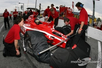 Precise setup on the Target Chip Ganassi Racing Dallara of Dan Wheldon
