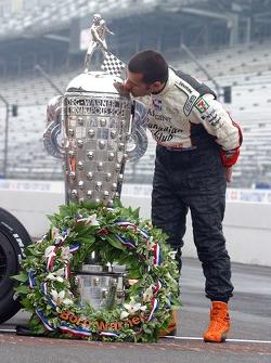 Dario Franchitti kisses the Borg Warner Trophy