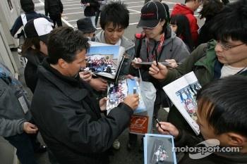 Michael Andretti signs autographs