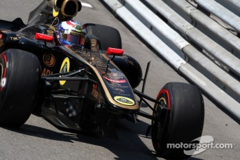 Vitaly Petrov, Lotus Renault GP with damage to the car