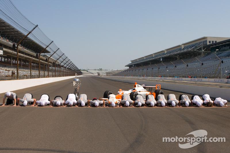 Winners photoshoot: Dan Wheldon, Bryan Herta Autosport with Curb / Agajanian kisses the yard of bricks with his team