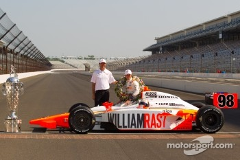 Winners photoshoot: Dan Wheldon, Bryan Herta Autosport with Curb / Agajanian with Bryan Herta