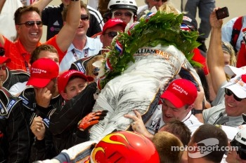 Victory circle: race winner Dan Wheldon, Bryan Herta Autosport with Curb / Agajanian celebrates with his team