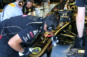 Lotus Renault GP mechanic