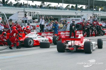 Helio Castroneves and Gil de Ferran in the pits