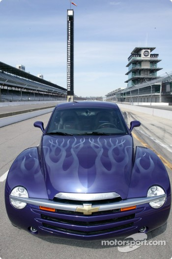 Distinctive hood paint scheme of Chevy SSR