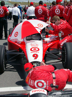 Ganassi Racing team members on the starting grid