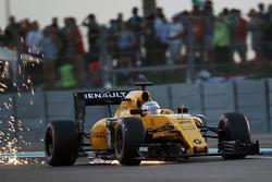 Kevin Magnussen, Renault Sport F1 Team RS16 sends sparks flying