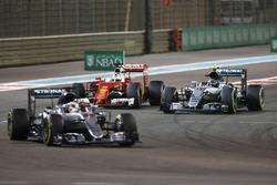 Lewis Hamilton, Mercedes AMG F1 W07 Hybrid vor  Nico Rosberg, Mercedes AMG F1 W07 Hybrid;  Sebastian Vettel, Ferrari SF16-H