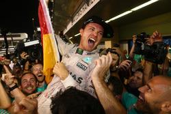 Nico Rosberg, Mercedes AMG Petronas F1 W07 feiert seinen WM-Titel mit Freunden und dem Team