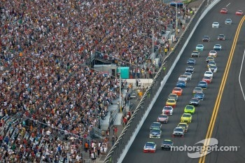Mark Martin, Hendrick Motorsports Chevrolet and Jeff Gordon, Hendrick Motorsports Chevrolet lead the field on a restart