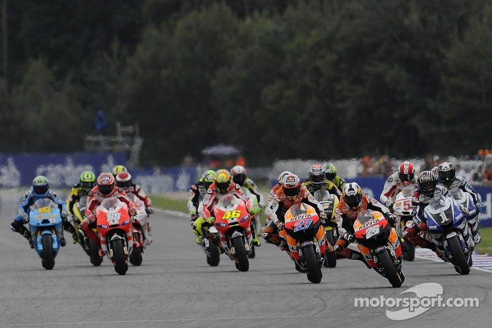 Start: Casey Stoner, Repsol Honda Team, Dani Pedrosa, Repsol Honda Team, Jorge Lorenzo, Yamaha Factory Racing lead the field