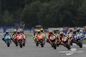 Start: Casey Stoner, Repsol Honda Team, Dani Pedrosa, Repsol Honda Team, Jorge Lorenzo, Yamaha Factory Racing lead the field