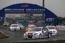 Franz Engstler, BMW 320 TC,  Liqui Moly Team Engstler leads Charles Ng, BMW 320si, Liqui Moly Team Engstler