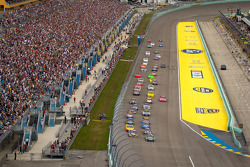 Start: Carl Edwards, Roush Fenway Racing Ford and Martin Truex Jr., Michael Waltrip Racing Toyota lead the field