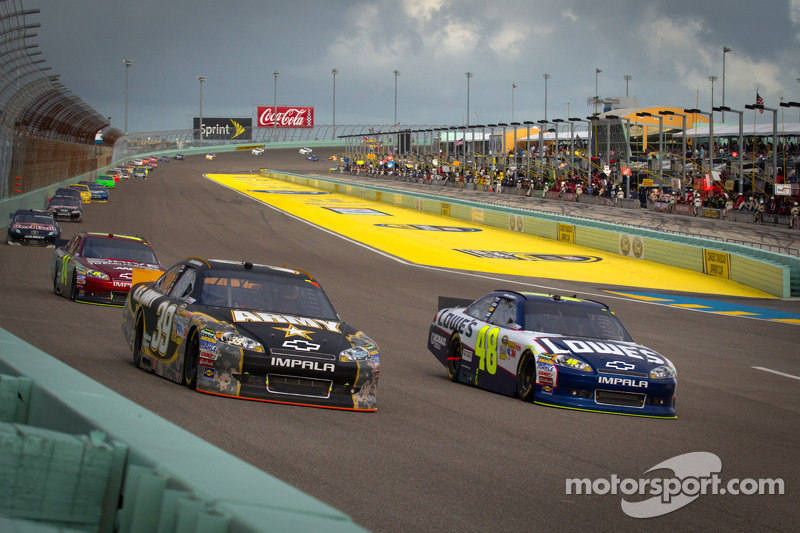 Ryan Newman, Stewart-Haas Racing Chevrolet and Jimmie Johnson, Hendrick Motorsports Chevrolet