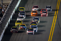 Greg Biffle, Roush Fenway Racing Ford and Jeff Gordon, Hendrick Motorsports Chevrolet lead the field