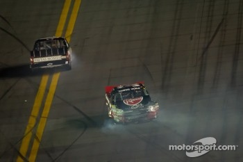 Cale Gale, Eddie Sharp Racing Chevrolet and Mike Skinner, Richard Childress Racing Chevrolet crash