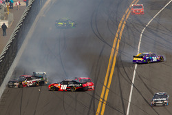 Denny Hamlin, Joe Gibbs Racing Toyota and Robert Richardson, R3 Motorsports Chevrolet crash