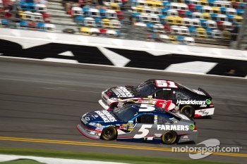 Kasey Kahne, Hendrick Motorsports Chevrolet and Kurt Busch, Phoenix Racing Chevrolet