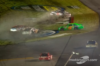 Crash with Danica Patrick, Stewart-Haas Racing Chevrolet, Trevor Bayne, Wood Brothers Racing Ford, David Ragan, Front Row Motorsports Ford, Kurt Busch, Phoenix Racing Chevrolet