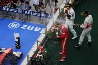 Formule 1 Photos - Podium : le vainqueur Fernando Alonso, Ferrari fête sa victoire au champagne avec le troisième Lewis Hamilton, McLaren et le second Sergio Perez, Sauber