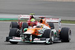 Paul di Resta, Sahara Force India leads Felipe Massa, Ferrari