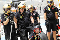 Lotus practice a pit stop