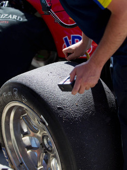 Flying Lizard crew checks out tire temps