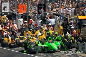 Pit stop for James Hinchcliffe, Andretti Autosport Chevrolet