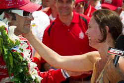 Victory circle: race winner Dario Franchitti, Target Chip Ganassi Racing Honda celebrates with wife Ashley Judd