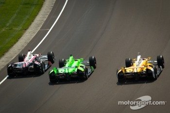 Ryan Briscoe, Team Penske Chevrolet, James Hinchcliffe, Andretti Autosport Chevrolet, Ryan Hunter-Reay, Andretti Autosport Chevrolet on pace laps