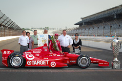 Winners photoshoot: Dario Franchitti, Target Chip Ganassi Racing Honda with Chip Ganassi