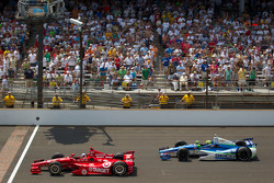 Dario Franchitti, Target Chip Ganassi Racing Honda and Tony Kanaan, KV Racing Technology Chevrolet battle