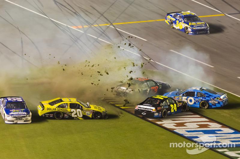 Jeff Gordon, Hendrick Motorsports Chevrolet, Joey Logano, Joe Gibbs Racing Toyota and Bill Elliott involved in a crash