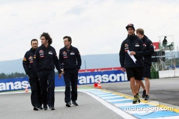 Daniel Ricciardo, Scuderia Toro Rosso walks the circuit