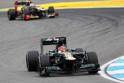 Heikki Kovalainen, Caterham leads Kimi Raikkonen, Lotus F1
