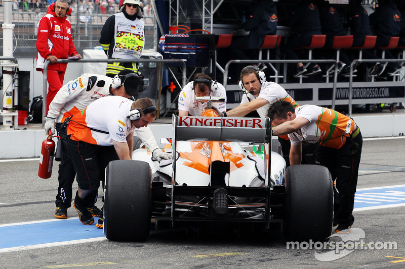 Nico Hulkenberg, Sahara Force India F1 pushed back in the pits