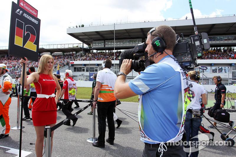Grid girl filmed by FOM Cameraman