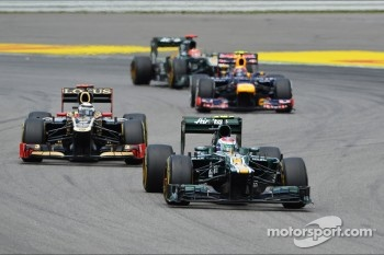 Vitaly Petrov, Caterham leads Kimi Raikkonen, Lotus F1