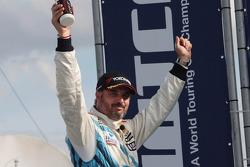 Podium: race winner Yvan Muller, Chevrolet Cruze 1.6T, Chevrolet