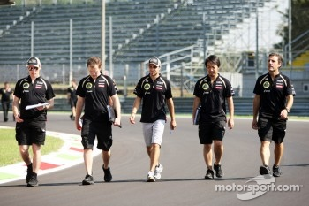Jérôme d'Ambrosio, Lotus F1 Team walks the circuit