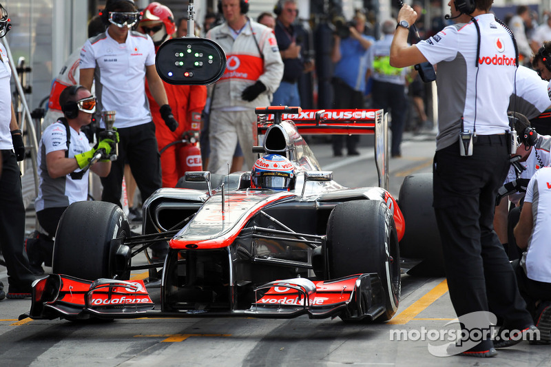 Jenson Button, McLaren in the pits