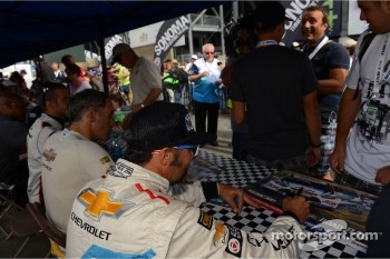Autograph session, Yvan Muller, Chevrolet Cruze 1.6T, Chevrolet