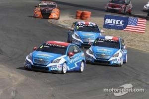 Alain Menu, Chevrolet Cruze 1.6T, Chevrolet leads Yvan Muller, Chevrolet Cruze 1.6T, Chevrolet