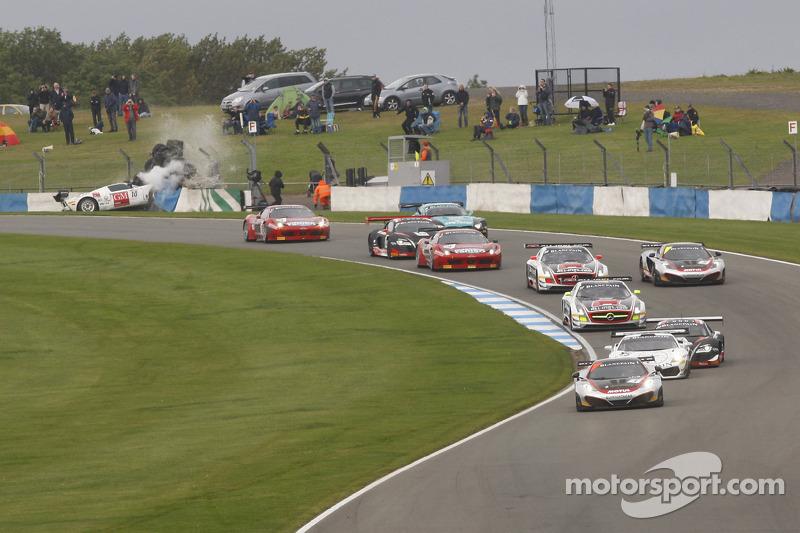 Crash for #10 Sunred Ford GT: Benjamin Lariche, Laurent Groppi