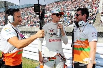 Nico Hulkenberg, Sahara Force India F1 with Bradley Joyce, Sahara Force India F1 Race Engineer, on the grid